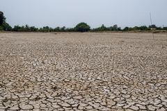 在旱季的高明的土壤,全球性变暖/崩裂了干泥/D 免版税库存照片