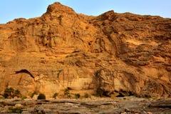 在旱谷Dayqah水坝的岩石峭壁 免版税图库摄影