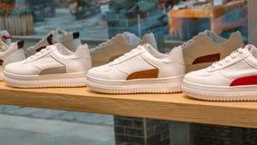在时兴的商店陈列室的运动鞋  库存照片