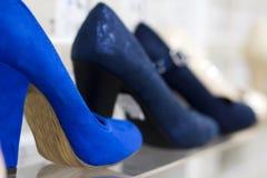 在时尚精品店的时兴的女性鞋子穿上鞋子选择聚焦 在商店窗口的tuffles连续 库存图片