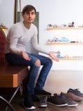 在时尚鞋店的人购物 免版税库存图片