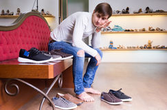 在时尚鞋店的人购物 图库摄影