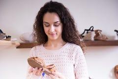 在时尚鞋店的妇女购物 免版税库存照片