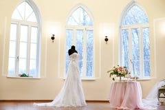 在时装模特的典雅的婚礼礼服 免版税库存图片