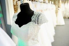 在时装模特的婚礼礼服 库存照片