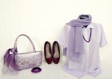 在时装模特的紫色衬衣与配比的辅助部件 免版税图库摄影