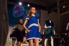在时装表演的三个模型在圣彼德堡 图库摄影