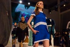 在时装表演的三个模型在圣彼德堡 免版税库存照片