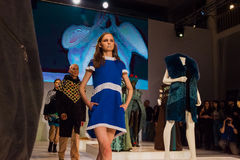 在时装表演的三个模型在圣彼德堡 免版税图库摄影
