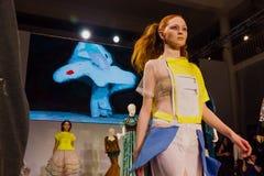 在时装表演的模型在圣彼德堡 免版税库存图片