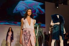 在时装表演的模型在圣彼德堡 库存照片