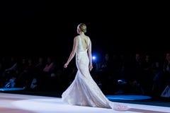 在时装表演第14个商展婚礼期间,模型走跑道 免版税图库摄影