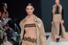 在时装表演Valentin Yudashkin的女性模型在莫斯科时尚星期,秋天冬天2016/2017 免版税图库摄影