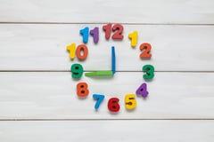 在时钟的颜色数字 免版税库存照片