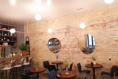 在时髦咖啡馆或餐馆采取情况移动的 库存图片