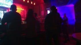 在时髦城市酒吧的夜生活 影视素材