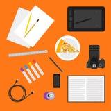 在时髦平的样式的简单的例证与在明亮的橙色背景的日常生活中的对象用于在设计的用途 免版税库存照片