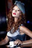 在时髦的名牌服装的年轻美好的模型 图库摄影