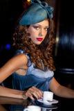 在时髦的名牌服装的年轻美好的模型 免版税图库摄影