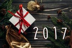 在时髦的圣诞节舱内甲板位置的2017个标志文本提出与红色r 免版税库存图片