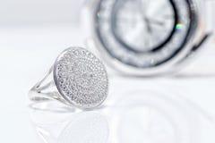 在时髦的妇女` s手表背景的银色圆环  免版税库存照片