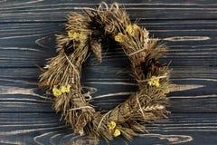 在时髦的黑木背景的圣诞节土气花圈 Spac 免版税图库摄影
