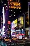 在时代广场在晚上, NY附近的百老汇 库存照片