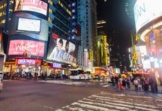 在时代广场附近的区域在晚上 库存图片