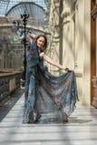 在时兴的如纱的衣物的嬉戏的年轻模型 图库摄影