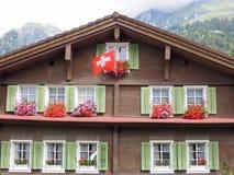 在昂热尔贝格村庄的农村瑞士山中的牧人小屋  免版税库存图片