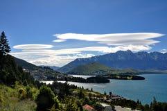 在昆斯敦,新西兰附近的双突透镜的云彩 免版税库存照片