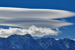 在昆斯敦,新西兰附近的双突透镜的云彩 免版税图库摄影