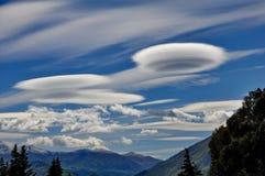 在昆斯敦,新西兰附近的双突透镜的云彩 库存照片