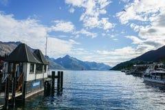 在昆斯敦/新西兰运输口岸和水有山脉背景的观察办公室 免版税图库摄影