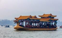 在昆明湖的龙小船在北海公园的北京中国 库存照片