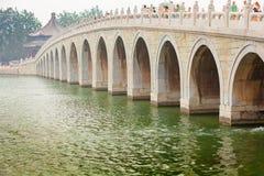 在昆明湖颐和园北京中国的17曲拱桥梁 库存图片