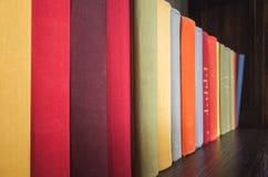 在明亮的五颜六色的盖子的旧书 免版税库存照片