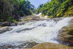 在明亮的天期间,瀑布小瀑布自然风景  免版税库存照片