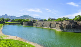在明亮的天空的老堡垒 免版税图库摄影