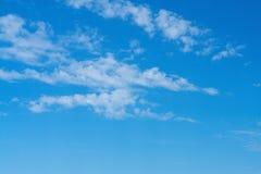 在明亮的天空蔚蓝的美丽的卷云 库存图片