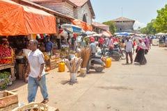 在明亮的太阳下的老镇市场 免版税图库摄影