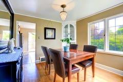 在明亮的屋子里布置的典雅的餐桌 免版税库存图片