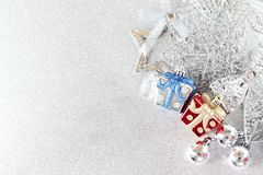在明亮的抽象背景bokeh的红色,蓝色和发光的银色装饰品 图库摄影