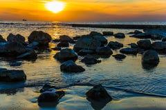 在明亮的日落的大石头 库存照片