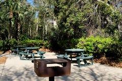 在明亮的晴朗的热带斑点的野餐区 免版税库存图片
