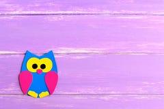 在明亮的木背景的逗人喜爱的纸猫头鹰与文本的空白 儿童纸工艺 儿童艺术 库存图片