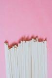 在明亮的桃红色背景的亚洲乌龙面面条 库存照片