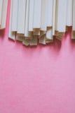 在明亮的桃红色背景的亚洲乌龙面面条 免版税库存照片