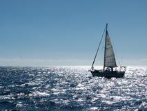 在明亮的海的小sloop 库存图片