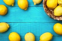 在明亮的深蓝背景的柠檬 图库摄影